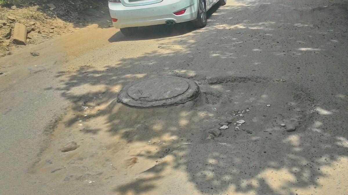 पश्चिमी दिल्ली को वैसे तो देश की राजधानी के एक हिस्सा होने का गौरव प्राप्त है मगर यहां की टूटी सड़कें