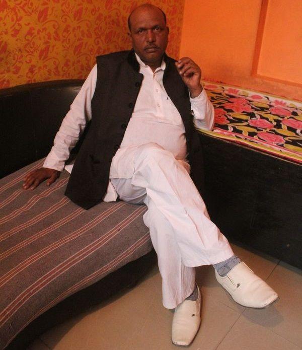 शराफत अल्वी बतौर राजनीतिज्ञ अपनी पहचान बनाने में जुटे हुए हैं. यह उनकी समाज के प्रति निष्ठा या राजनी