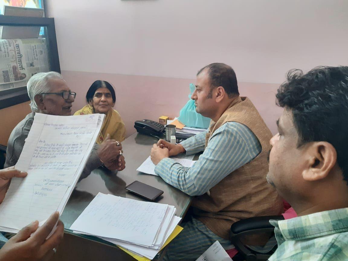 स्थानीय समस्याओं के निराकरण के लिए बंगाली टोला से पार्षद ने विधायक को सौंपा पत्रक-बंगाली टो