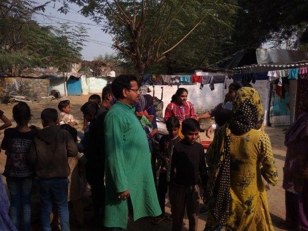 बाल दिवस के अवसर पर मलिन बस्ती के बच्चों को वितरित किये वस्त्र एवं खाद्य सामग्री-दानाखोरी वार्ड में