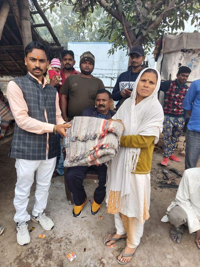 रेतिया वार्ड में बढती ठंड के मद्देनजर पार्षद ने बांटें कंबल-नववर्ष के मौके पर समाज कल्याण के उद्देश्