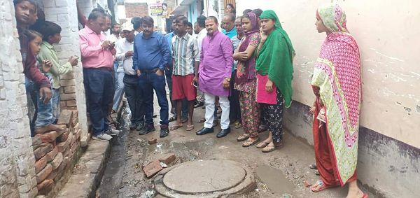 सआदतगंज वार्ड के शेखपुर क्षेत्र में जन समस्याओं को लेकर दैनिक जागरण की टीम के साथ पार्षद मोनू कनौजिय