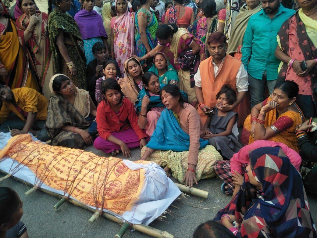 लखनऊ के जलालपुर पारा में दुर्घटना में घायल तीसरे युवक की मौत के बाद स्थानीय निवासियों में आक्रोश-दिन