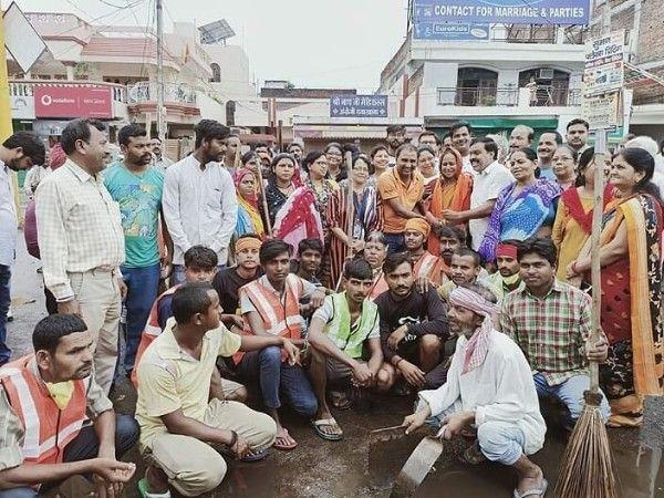 स्वच्छ एवं पॉलिथीन मुक्त भारत मिशन के साथ राजाजीपुरम में मनाई गयी महात्मा गाँधी एवं लाल बहादुर शास्त
