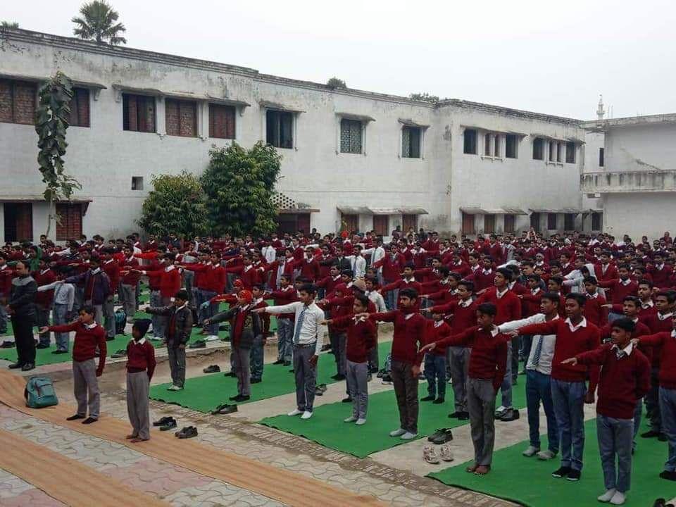 लखनऊ के अमीनाबाद कॉलेज में छात्रों को दिलाई गयी स्वच्छता के लिए शपथ, किया नि:शुल्क स्वेटर वितरण-लखनऊ