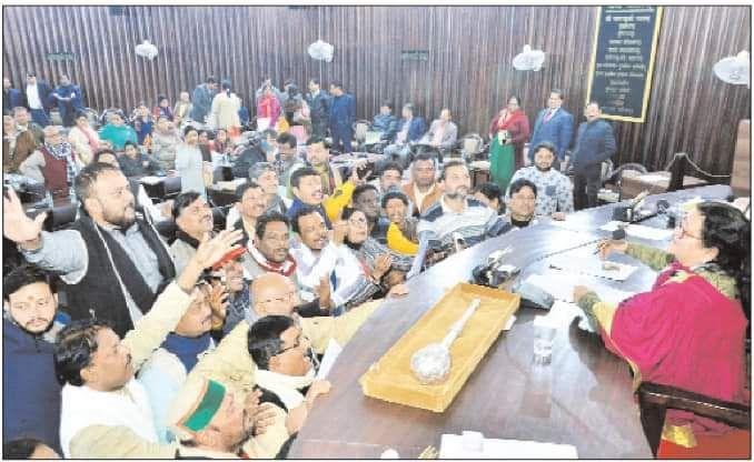 कानपुर नगर निगम सदन में जनता की समस्याओं को लेकर पार्षदों का हल्ला बोल-दिनाँक - 08/01/2020कानपुर के