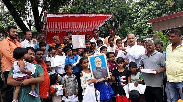 प्रधानमंत्री मोदी के जन्मदिवस के अवसर पर अयोध्या के अंबेडकरनगर वार्ड के अंतर्गत निर्धन बच्चों को वित