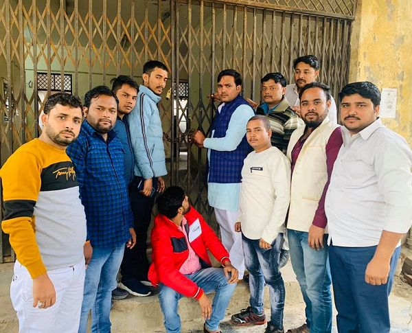 विश्व बर्रा बैंक के अंतर्गत सीवर भराव के कारण पार्षद ने जल संस्थान कार्यालय को किया तालाबंद-कानपुर क