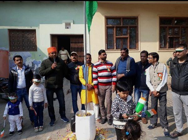 स्थानीय पार्षद ने गणतंत्र दिवस के अवसर पर तिरंगा फहराया-गणतंत्र दिवस के अवसर पर सामाजिक समरसता का सं