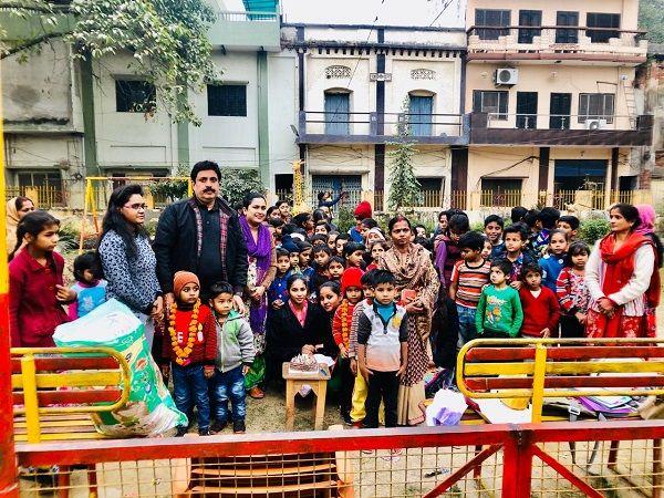 लखनऊ के पूर्व पार्षद राजू गांधी ने वार्ड के बच्चों का मनाया जन्मदिन-लखनऊ के पूर्व पार्षद राजू गांधी