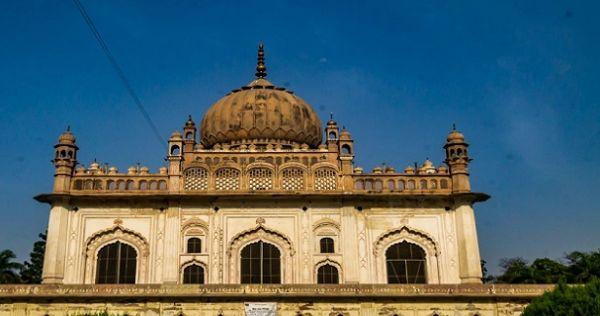 _अंबेडकर नगर वार्ड, बन्नी खानम के मकबरे से मशहूर है. यह मकबरा 1400 ईसवी के समय का बना हुआ है. साथ ही