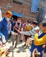 वाराणसी के अंतर्गत हुकुलगंज में जरुरतमंद लोगों को वितरित किया भोजन